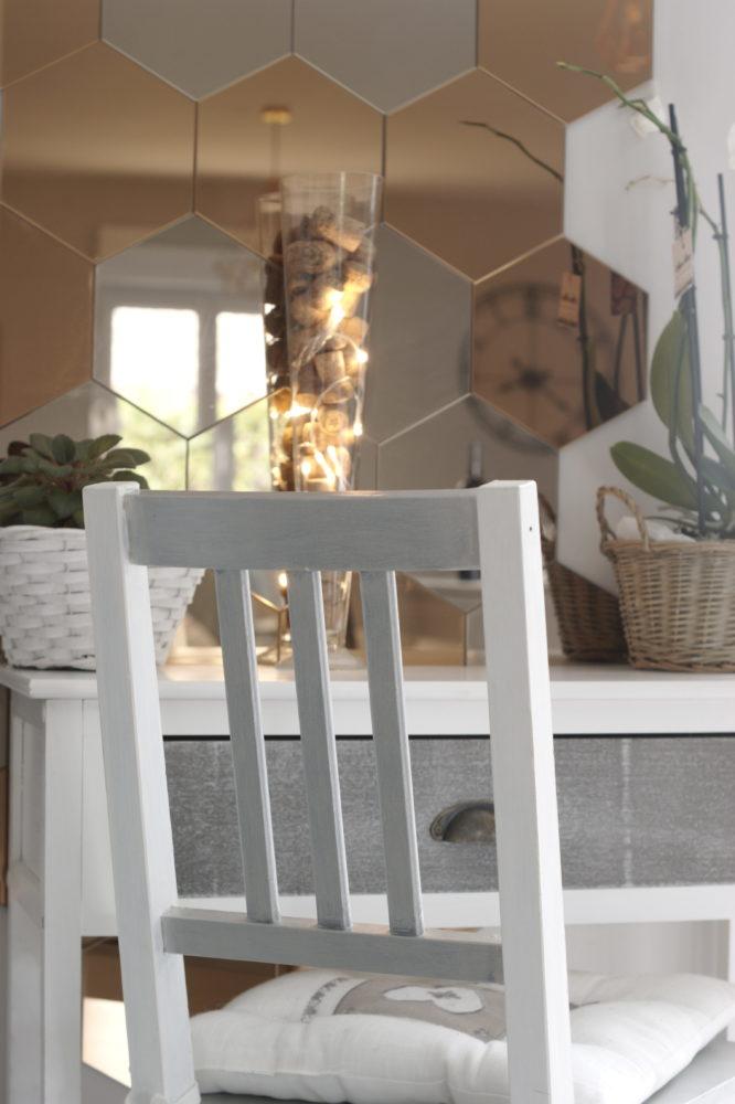 Décoration intérieur coiffeuse au jeu de miroirs hexagonaux